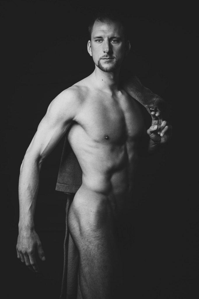 akt-erotische-sexy-fotos-male-berlinblick-nackter-mann-mit-Bademantel