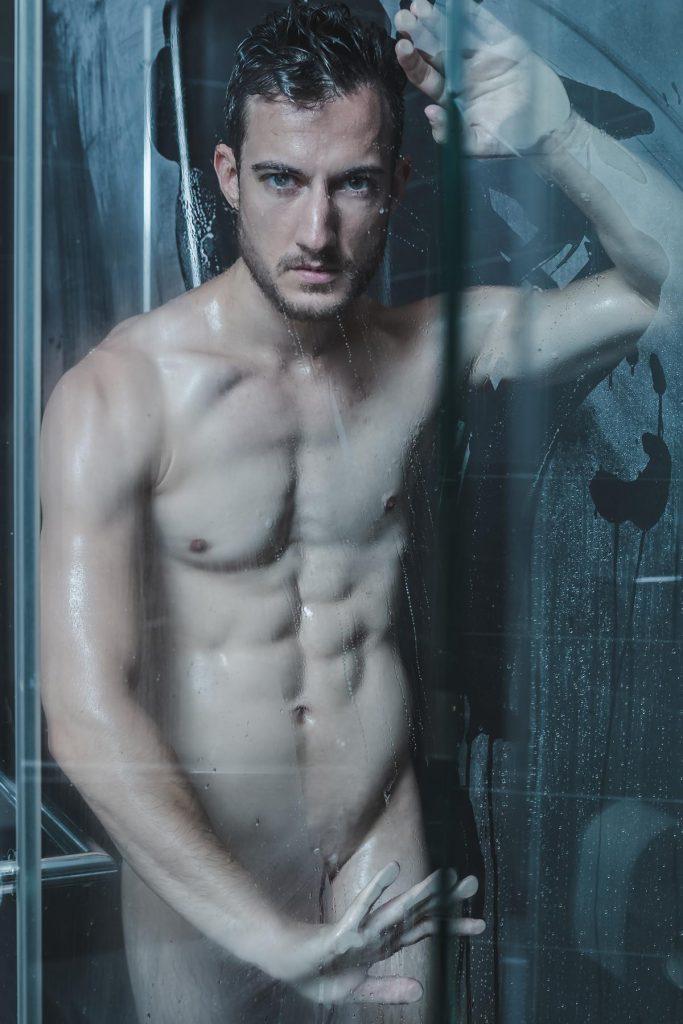 Aktshooting unter der Dusche, Mann