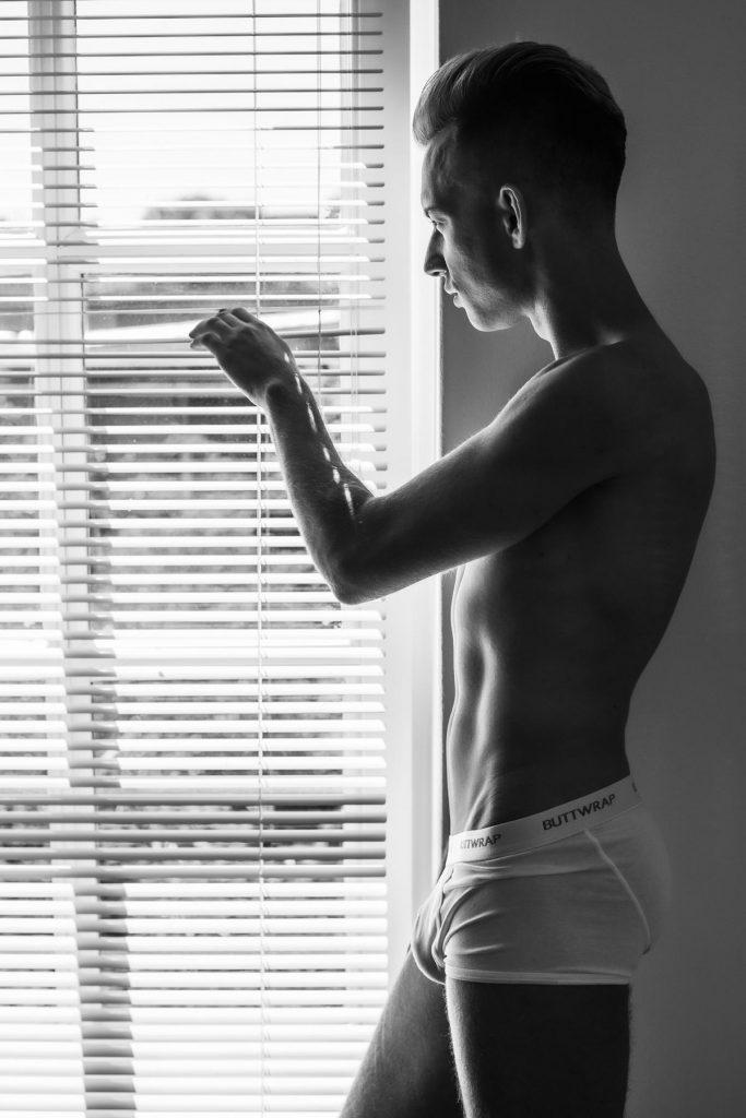 Männerakt am Fenster