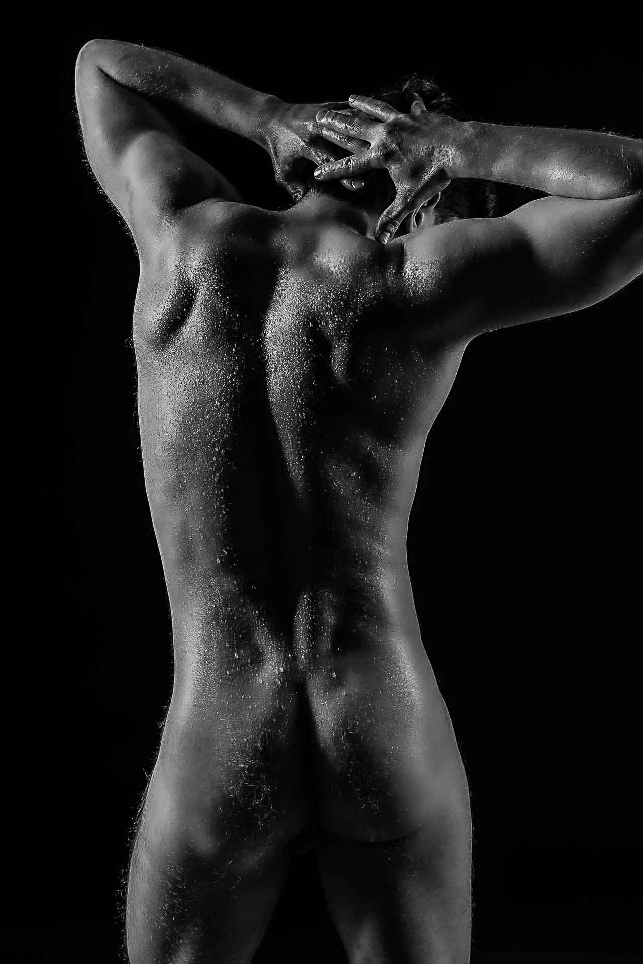 Männerpo-nackte Haut-Aktshooting-Wassertropfen