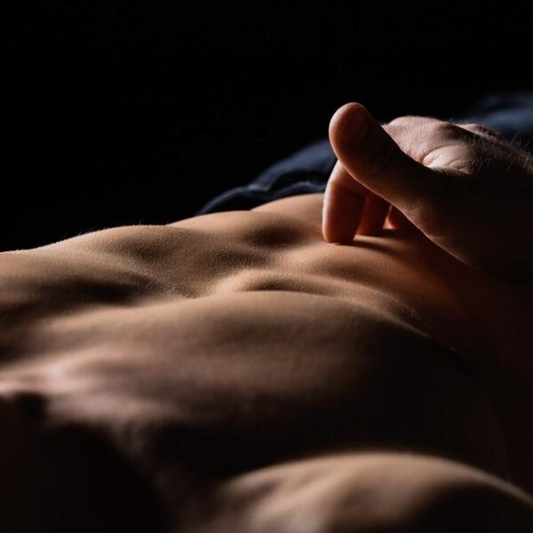 erotisches Männershooting-nackte Haut
