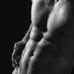 Nude-Male.Art-AluDibond-Akt-Mann-Sixpack-mit-Wassertropfen
