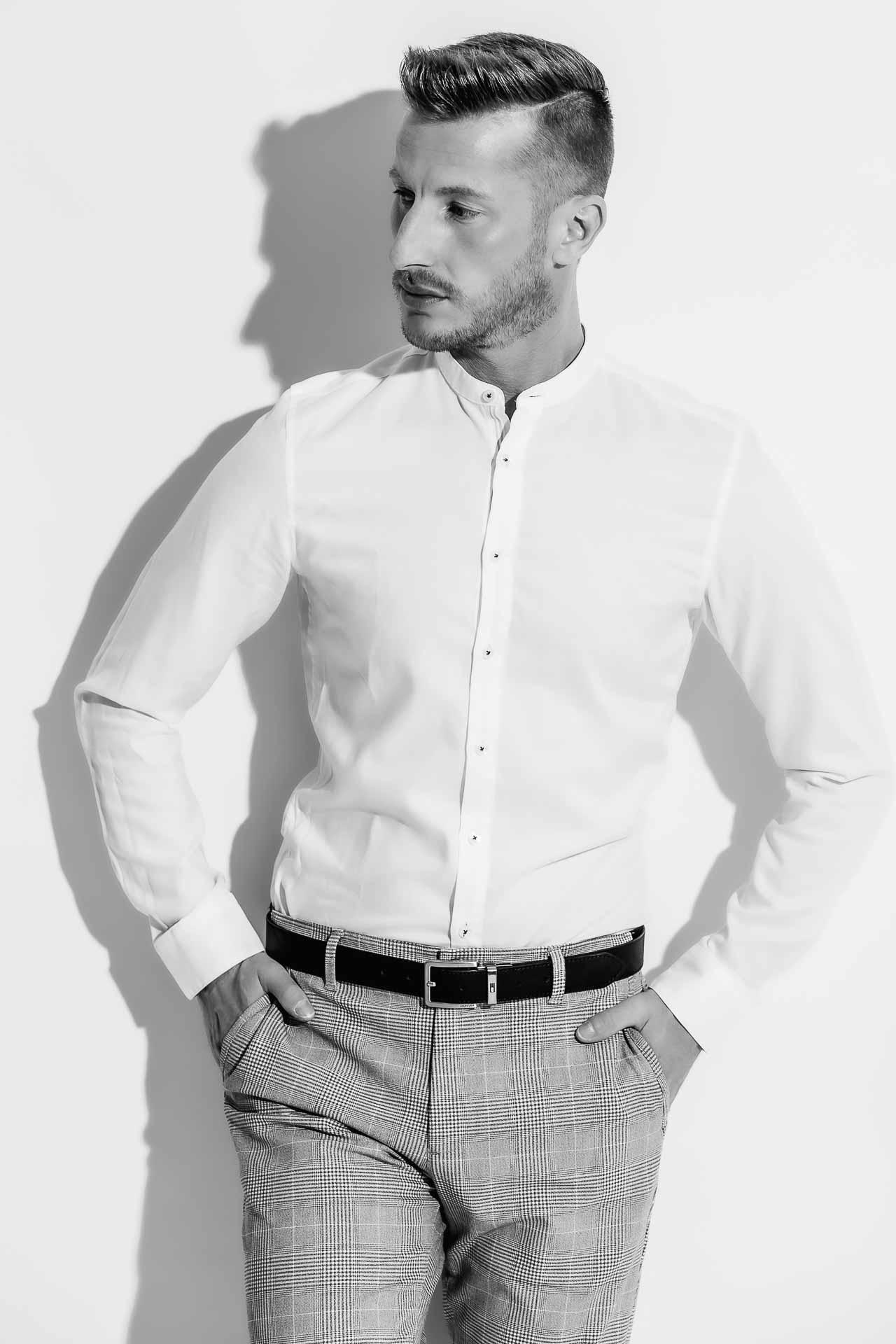 Mann in weißem Hemd und Anzughose