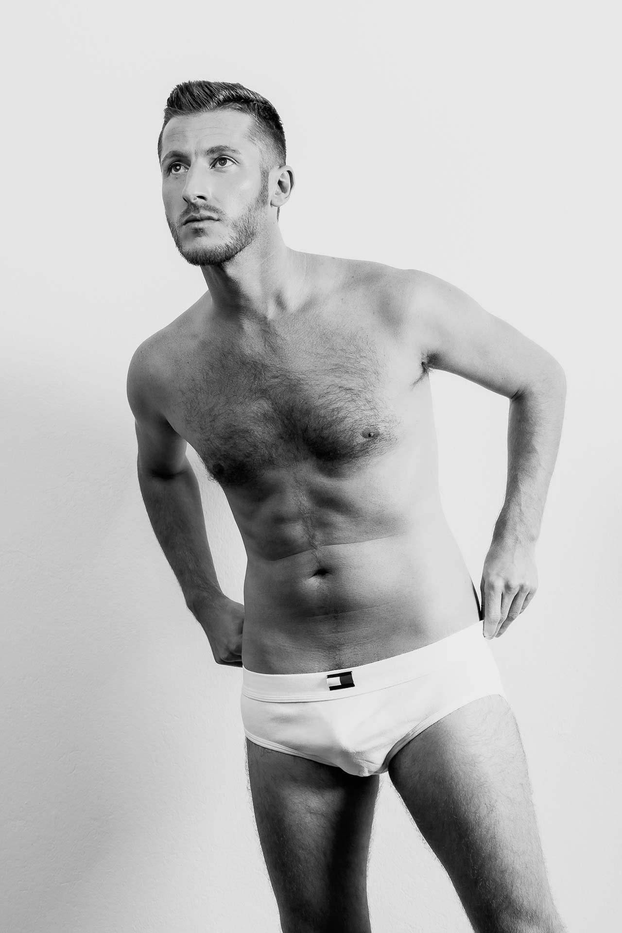 Mann in weißer Unterhose, erotisches Männerfot
